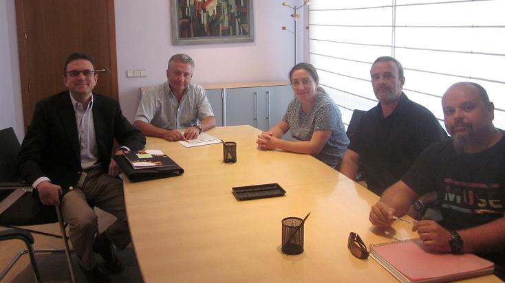 De izquierda a derecha: Federico Colom (Finanzas), Juan Ramón Ortega (Notario), Carmen Recio (Recursos), Ernesto Serrano (CCOO) y Antonio Muñoz (CCOO)